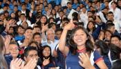 Vicepresidente con estudiantes
