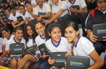 Estudiantes de Yacuiba y sus computadoras en 2013