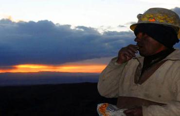 Composición de un minero boliviano mirando al horizonte prometedor