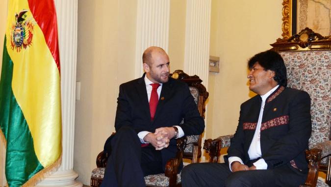 Presidente Evo Morales con el nuevo embajador de Nueva Zelanda, John Eliot Capper