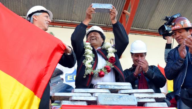 Presidente y Vicepresidente de Bolivia con lingotes en Karachipampa